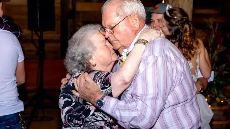 Covid-19: de mãos dadas, casal morre em leito de hospital após 61 anos de união