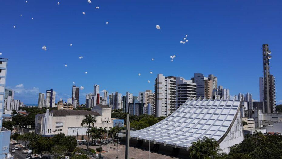 Governo do rn solta balões em homenagem às vítimas da covid-19