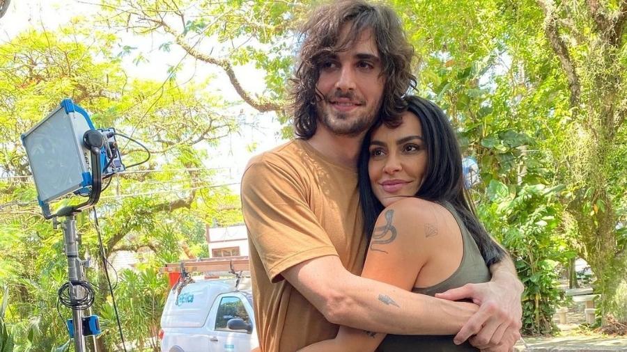 Cleo debocha de 'descoberta' da internet: 'gloria pires não é mãe do fiuk'
