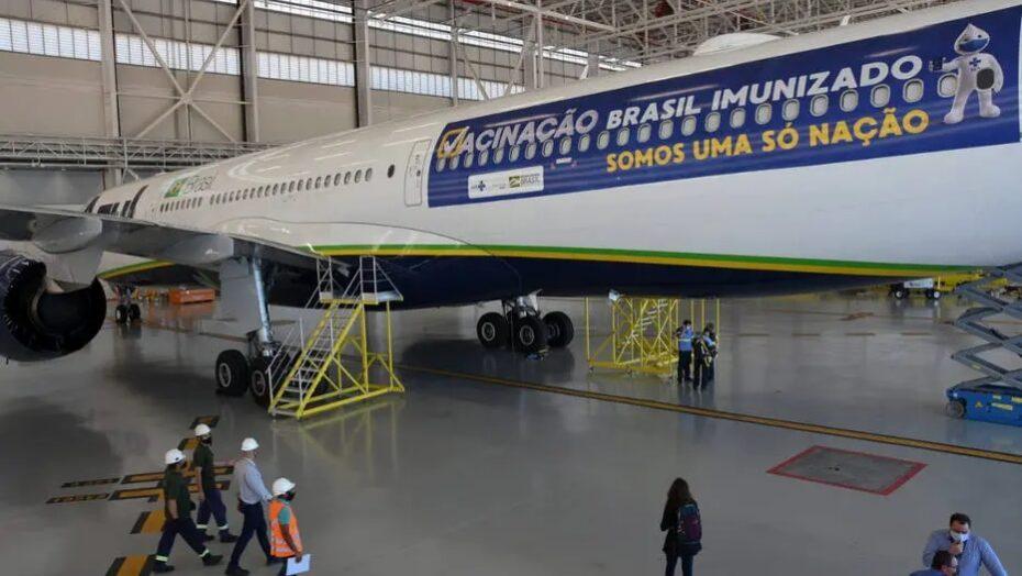 Sem vacinas da Índia, governo decide usar avião para entrega de oxigênio em manaus