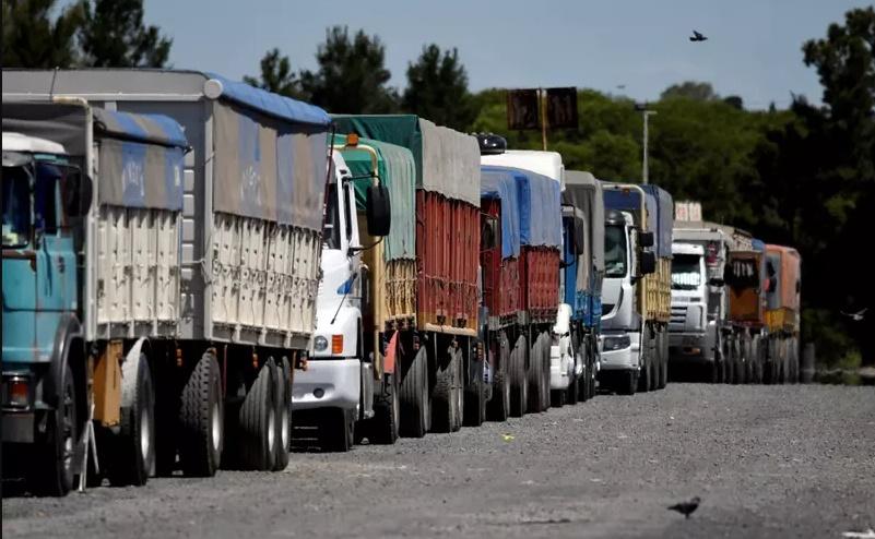 Sindicatos de petroleiros declaram apoio a movimento dos caminhoneiros