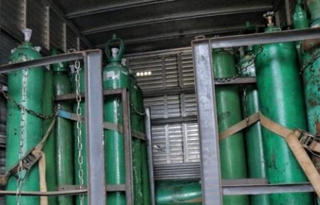 Polícia apreende 33 cilindros de oxigênio escondidos em caminhão em manaus