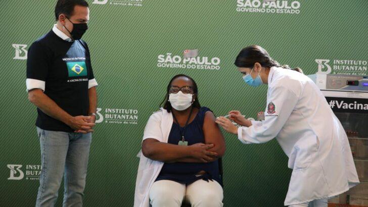 Enfermeira de sp, negra e moradora de itaquera é 1ª vacinada no brasil