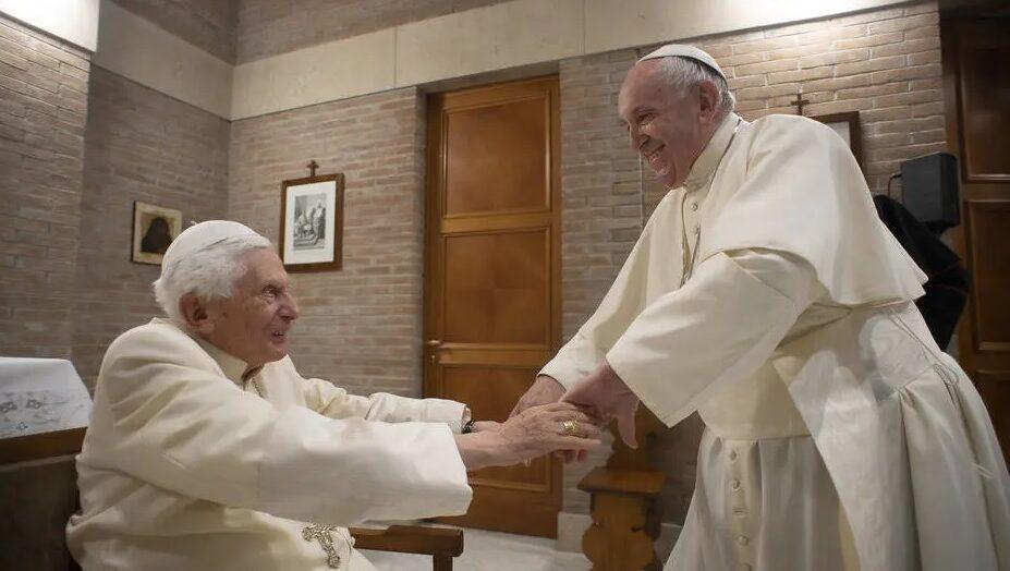 Papa francisco e papa emérito bento xvi são vacinados contra a covid-19