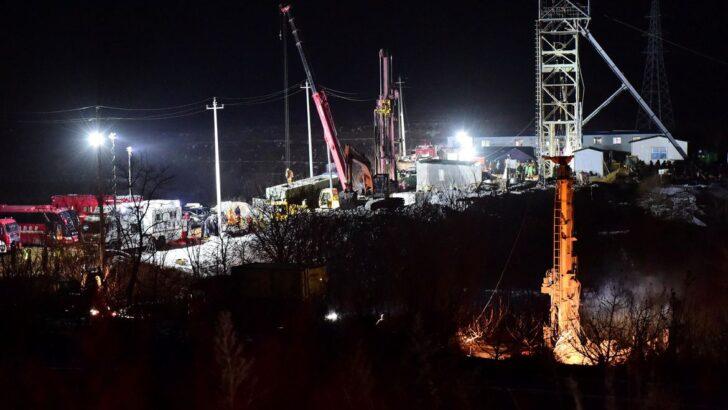 China diz que dez homens presos em mina de ouro procuram colegas