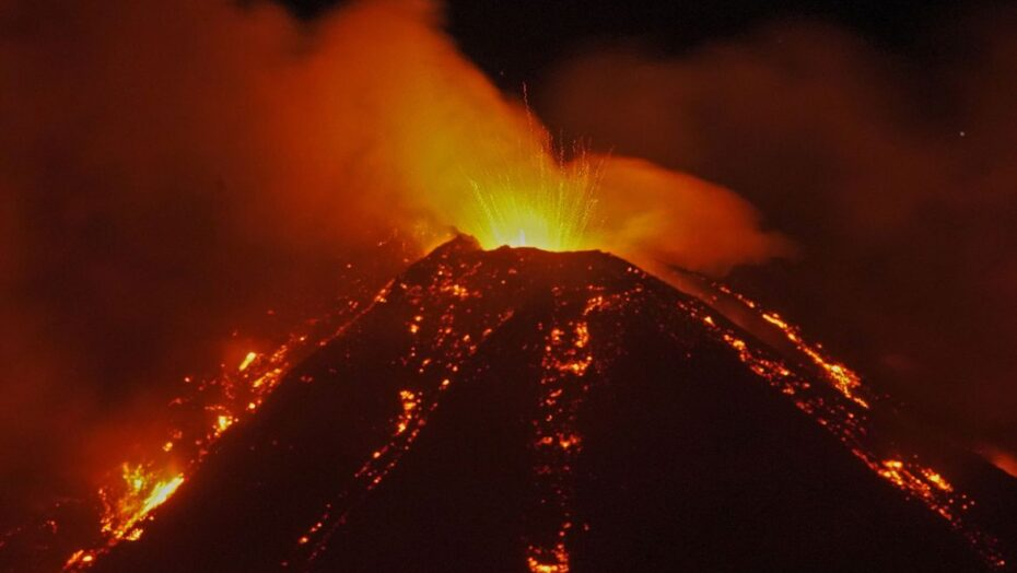 Vulcão mais dinâmico da europa, etna, entra em erupção