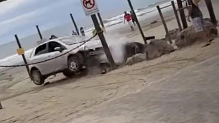 Casal invade praia com carro, é atacado com pedra e tenta atropelar agressor em sp