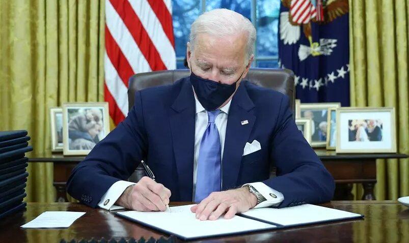 Biden deve revogar lei de trump que proíbe transgêneros no exército americano