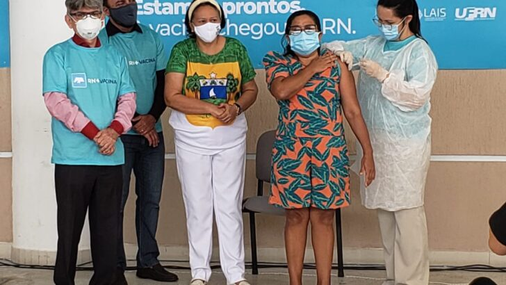 Técnica de enfermagem de natal é a primeira pessoa vacinada no rn