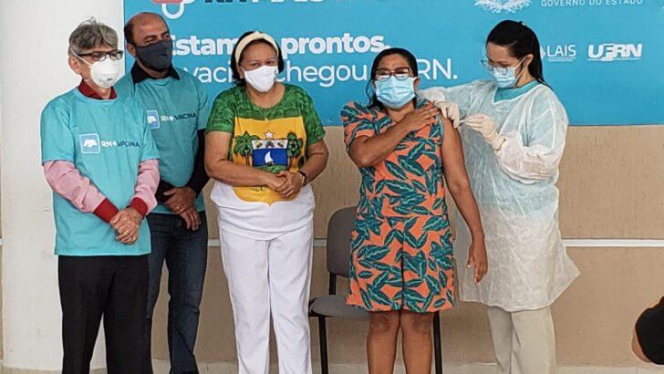 """""""chegou a ser um sonho e hoje é esperança"""", diz emocionada a primeira vacinada contra covid-19"""