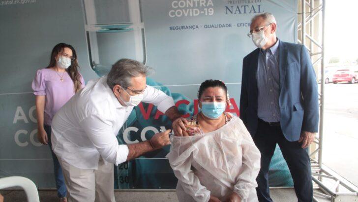 Profissionais da saúde começam a ser vacinados contra covid-19 em natal