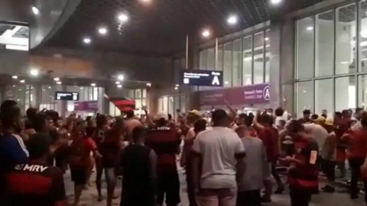 Aglomeração de torcedores em festa no aeroporto marca volta do flamengo ao rio após conquista