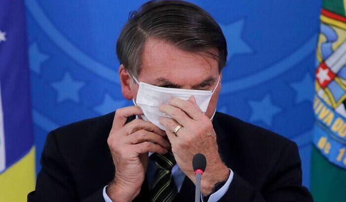 Bolsonaro silencia sobre mais de 250 mil mortes por covid-19 e coloca em dúvida uso de máscaras