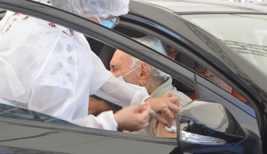 Idosos enfrentam longa fila de carros para vacinação contra a covid-19 em natal