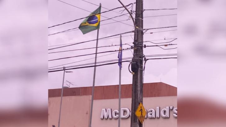 Mcdonald's da abel cabral comete gafe e hasteia bandeira do brasil de cabeça para baixo
