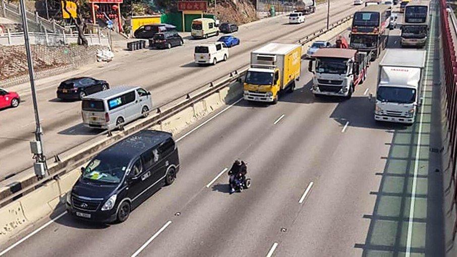 Que perigo! idoso pilota cadeira de rodas em rodovia movimentada