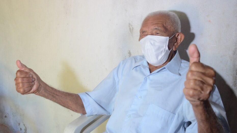 """""""vacina é um bem da vida"""", diz idoso de 112 anos é vacinado contra covid em são gonçalo"""