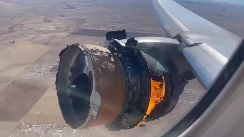 'não olhe': a reação dos passageiros da united airlines quando o motor explodiu