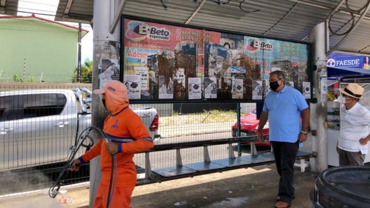 Prefeito Álvaro dias acompanha trabalho de desinfecção nas paradas de ônibus