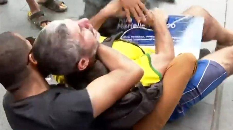 Daniel silveira: apoiadores agridem homem que segurava placa de marielle franco