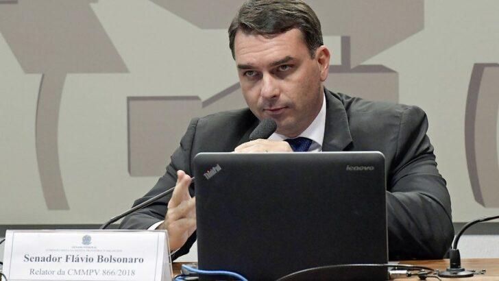 """""""saia da mansão e vá visitar um hospital"""", diz senador a flávio bolsonaro"""