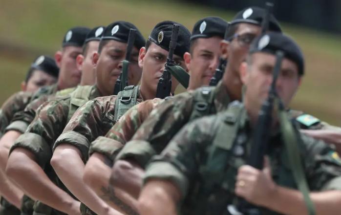 Projeto de orçamento dá a militares 1/5 dos investimentos e reajuste salarial