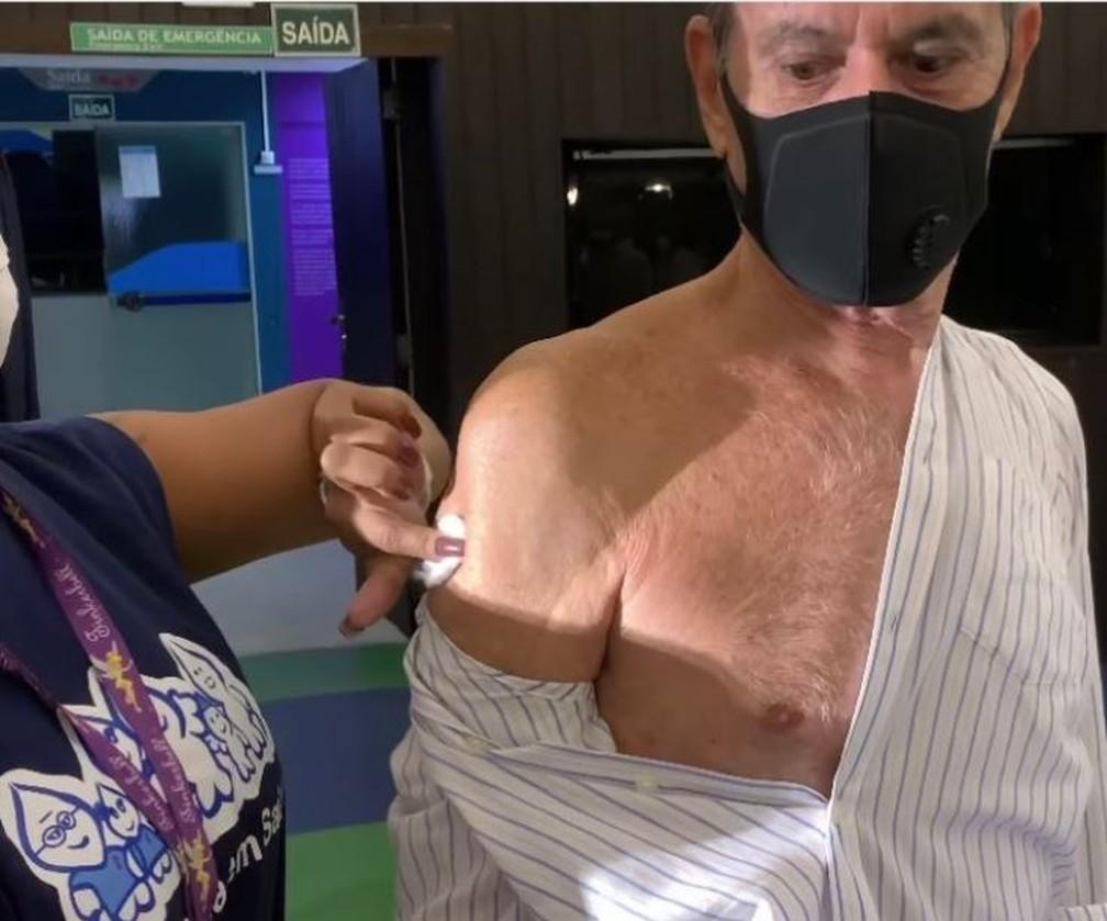 Roberto carlos é vacinado contra a covid-19 no rio