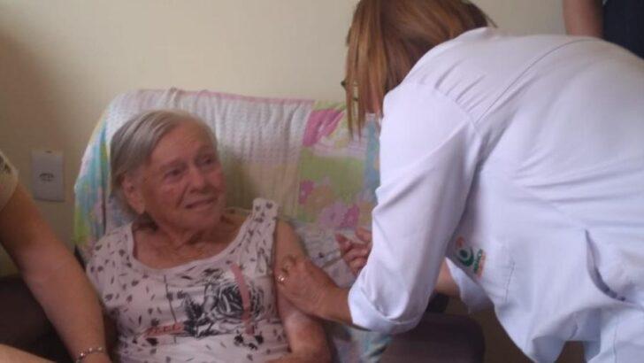 Mãe de bolsonaro é vacinada com segunda dose do imunizante contra covid-19