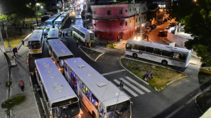 Motoristas de ônibus fazem nova paralisação no viaduto do baldo contra corte no salário