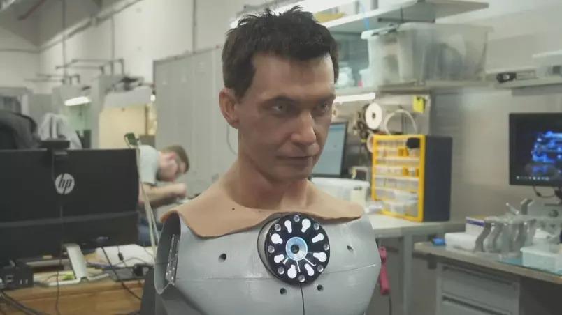 Fábrica na rússia cria robôs humanoides com rostos realistas