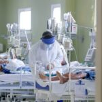 Especialistas apontam diminuição na idade dos internados por covid-19