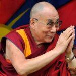 Líder espiritual tibetano dalai lama recebe vacina contra a covid-19