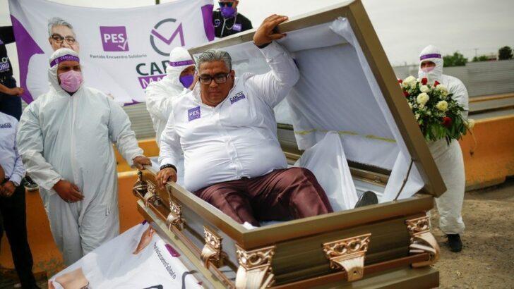 Candidato a deputado simula próprio enterro para cobrar governo pela crise da covid-19