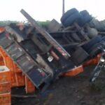 Caminhão carregado de frangos tomba em rodovia no interior do rn; parte dos animais morre