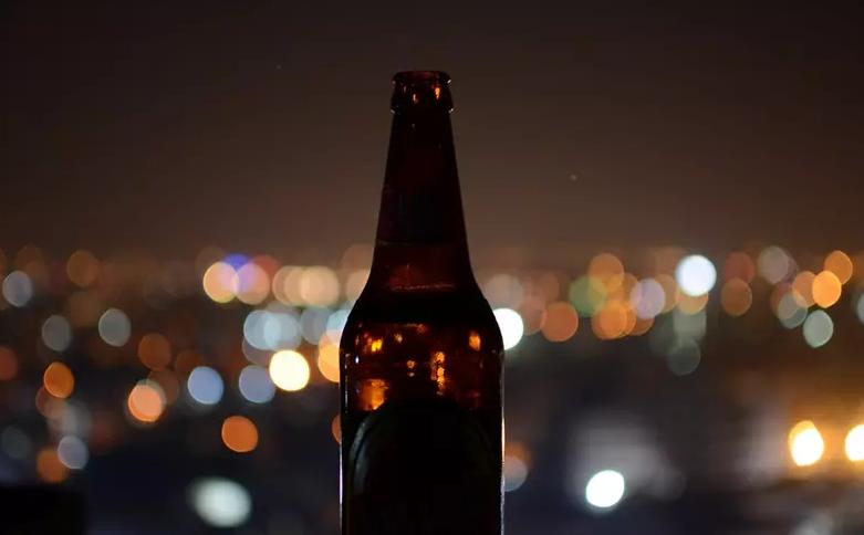 Brasileiros estão bebendo tanta cerveja que fabricantes estão sem garrafas
