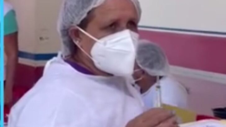 Técnica de enfermagem diz usar mesma seringa para vacinar 10 pessoas; assista