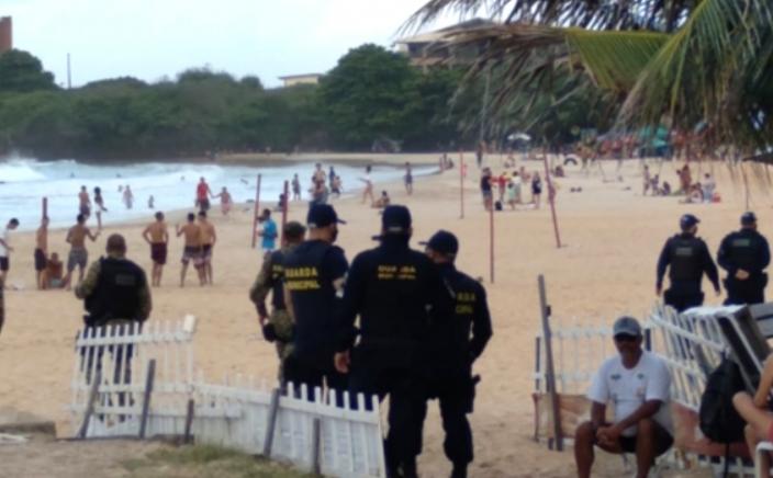 Fim de semana é marcado por aglomerações nas praias de natal; banhistas vaiaram agentes da guarda municipal