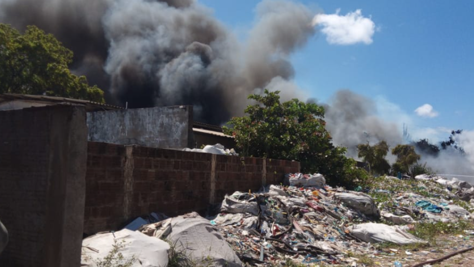 Incêndio atinge depósito de material reciclável na grande natal