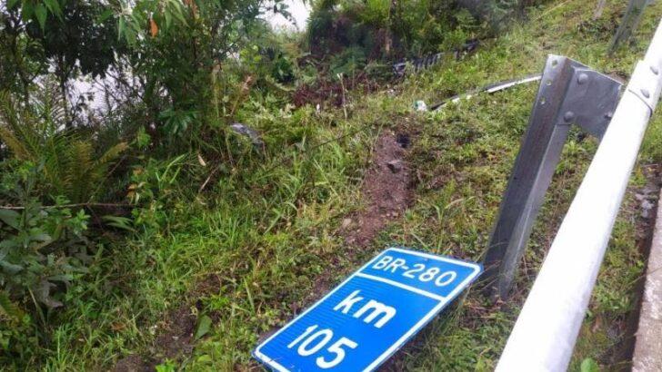 Mãe e filha desaparecem após carro cair em represa; veículo chegou a ficar submerso por 40 minutos