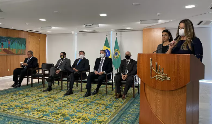 Bolsonaro empossa seis ministros em cerimônia no planalto