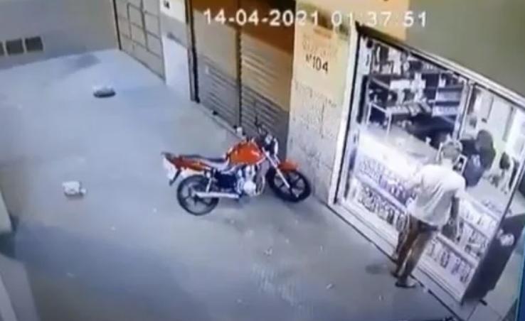 Homem é executado em distribuidora e criança presencia o crime