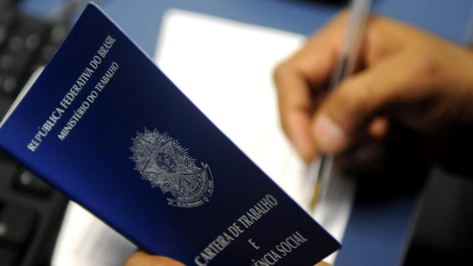 No brasil, 4,1 milhões de jovens estão em busca de uma vaga de emprego