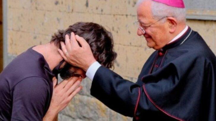 Padre anuncia estar apaixonado durante missa e deixa o posto