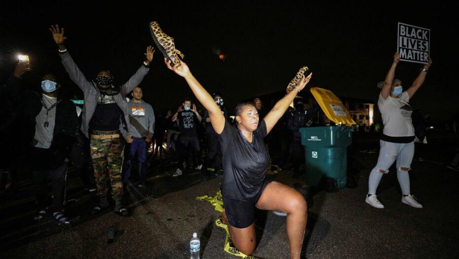 Manifestantes entram em confronto com a polícia nos eua após morte de homem negro