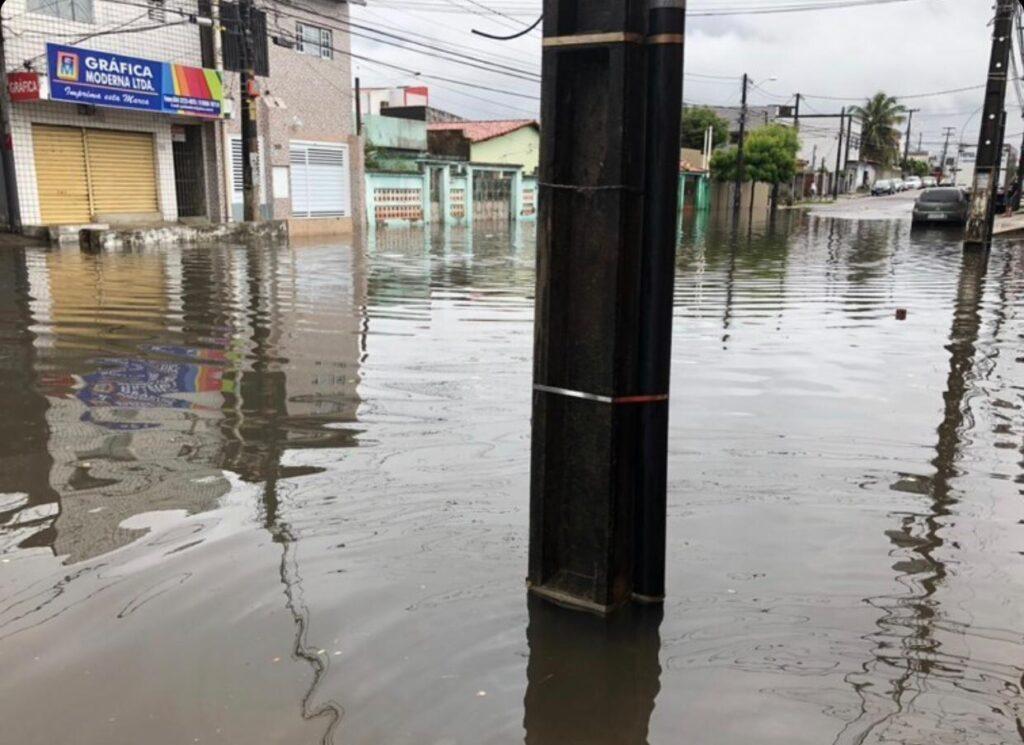 Chuvas deixam pontos de natal alagados; confira a previsão do tempo para o final de semana