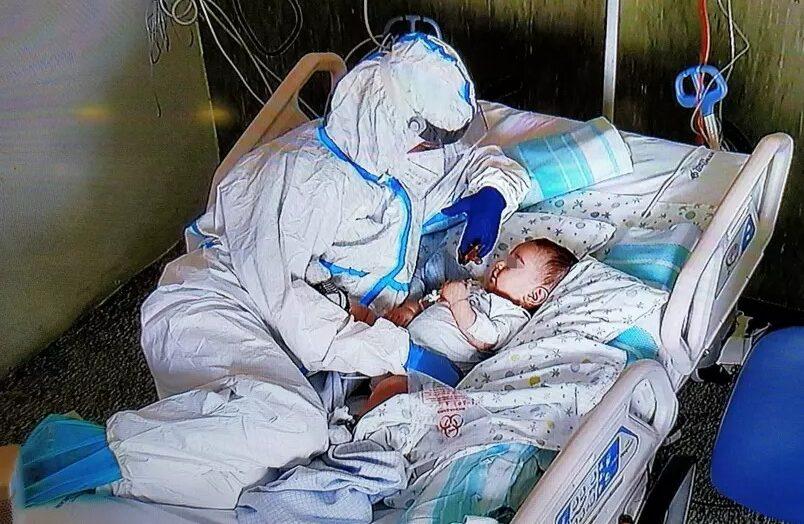 Enfermeira conforta bebê com covid-19 que não podia receber visitas