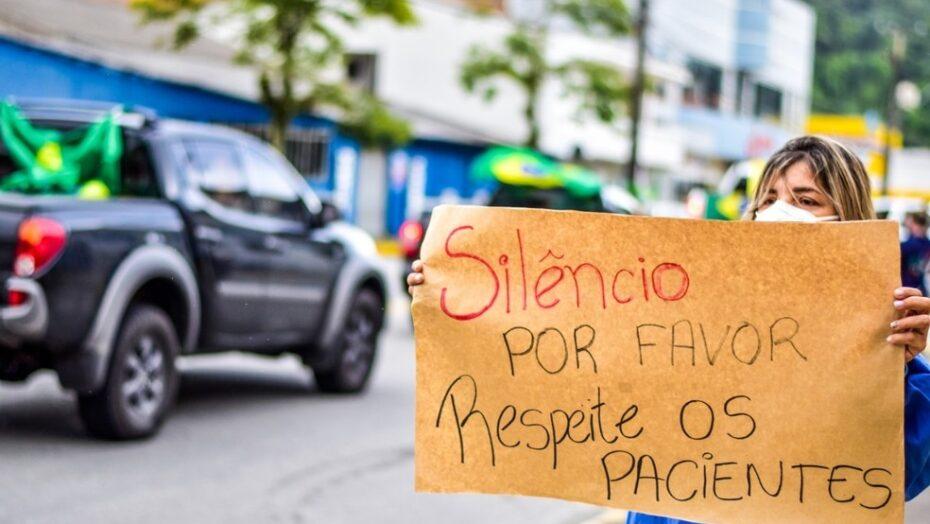 Manifestantes fazem buzinaço em frente a hospital contra isolamento, e profissionais de saúde reagem: 'respeite os pacientes'