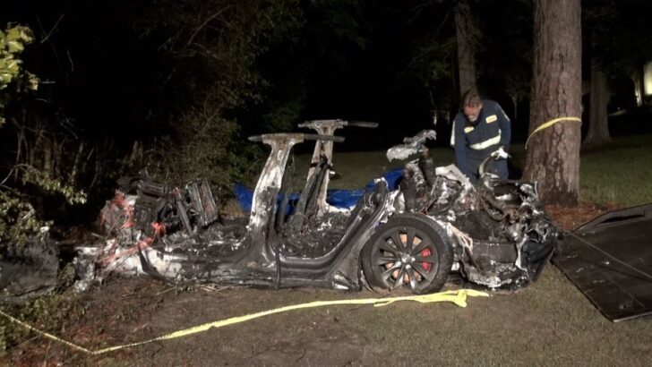 Carro da tesla que anda sem motorista bate em árvore e deixa dois mortos nos eua