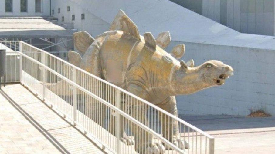 Cadáver é encontrado dentro de estátua de dinossauro