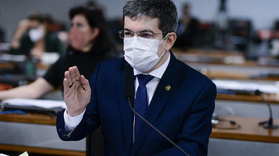 Pazuello se auto indiciou ao ir em ato com bolsonaro sem máscara, diz randolfe